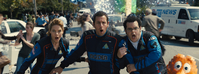 Adam Sandler si Kevin James apara Pamantul in Pixels: O aventura digitala